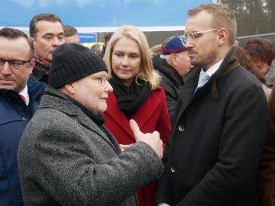 Ministerpräsidentin Manuela Schwesig im Gespräch mit den Bürgermeistern Reinhard Mach (Ludwigslust) und Stefan Sternberg (Grabow)